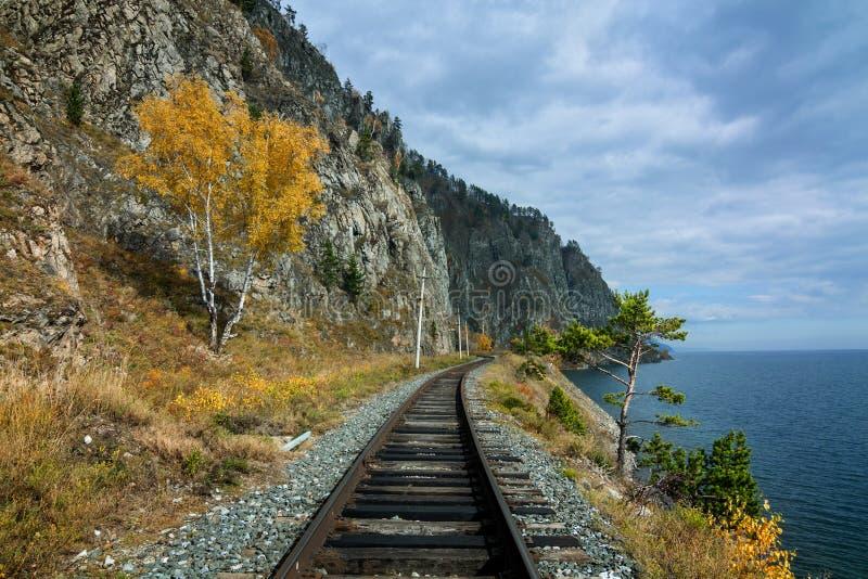 Herbst auf der Circum-Baikal-Eisenbahn lizenzfreie stockbilder