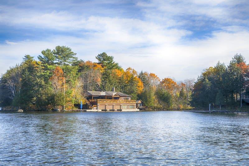 Herbst auf Muskoka Seen, Ontario, Kanada lizenzfreies stockfoto