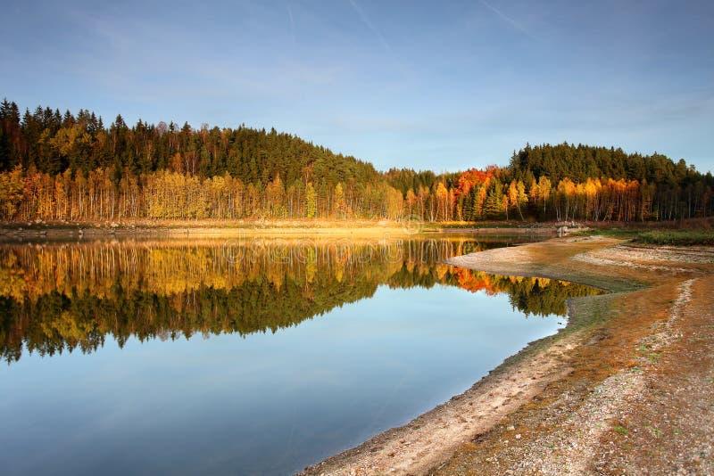 Herbst auf See stockfotos