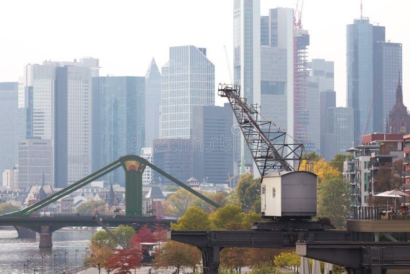 Herbst-Blauskyline Frankfurts am Main Deutschland stockfotos