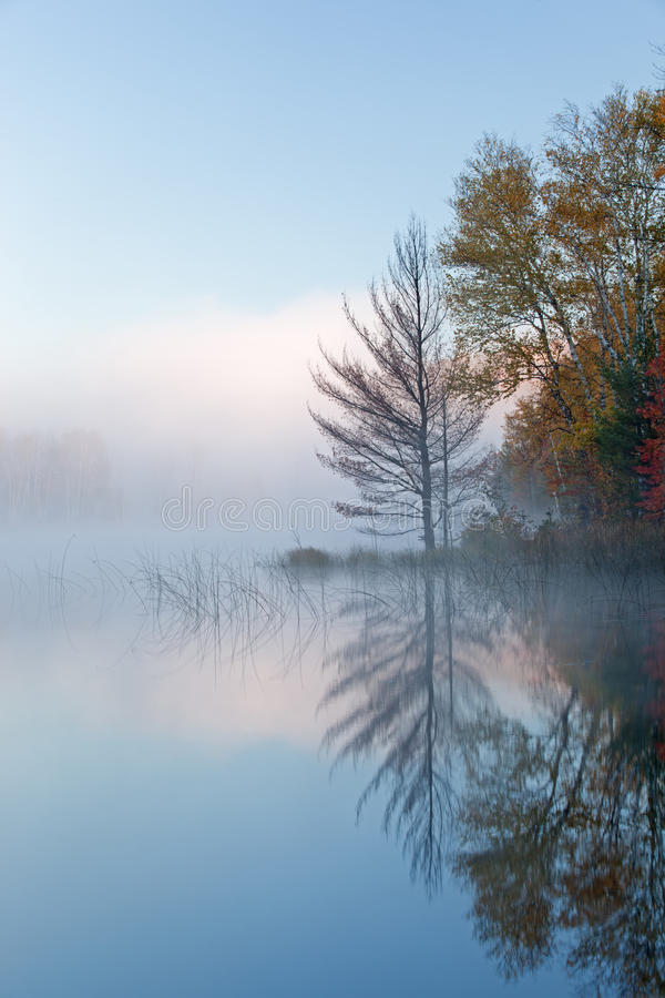 Herbst-Council See im Nebel lizenzfreie stockfotos