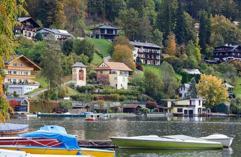Herbst in der Badekurortstadt von Millstatt morgens sehen Carinthia, Österreich stockfotografie