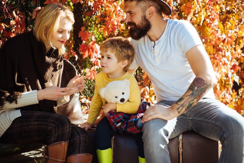 Herbst, der mit Kindern, Mutter und Vater kampiert Glückliches Familienkonzept Wenig Reisender und glückliche Eltern, die zusamme stockbilder