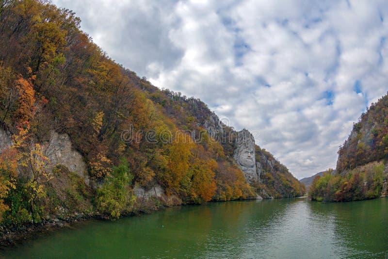Herbst am Donau Schlucht- und Decebal-König ` s Hauptgemeißeltes herein lizenzfreies stockfoto