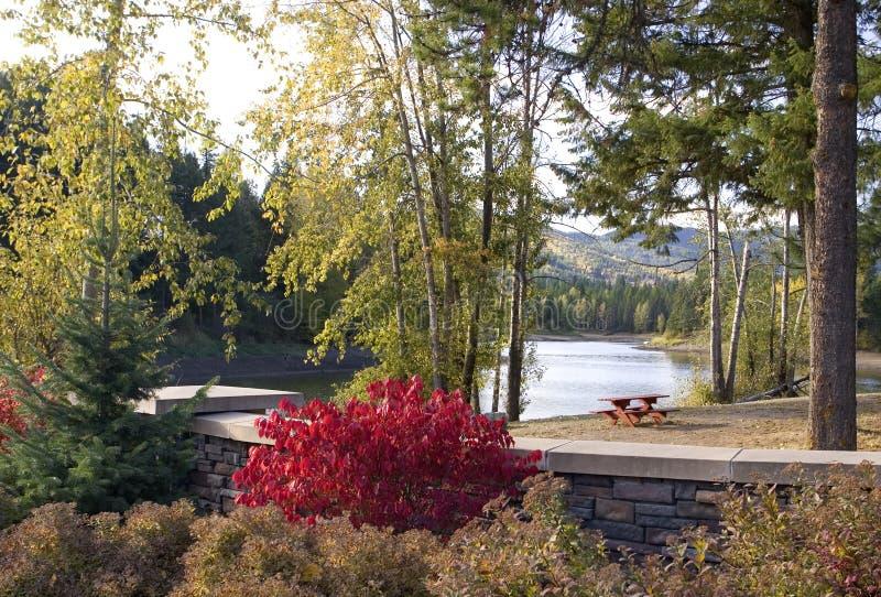 Herbst in einem Park durch einen See. lizenzfreies stockfoto