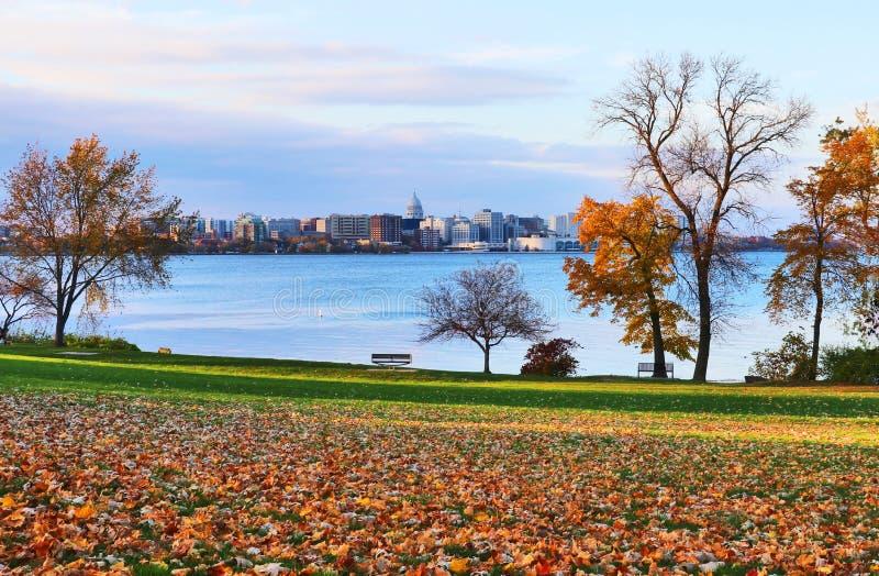 Herbst in einer Stadt lizenzfreie stockfotografie