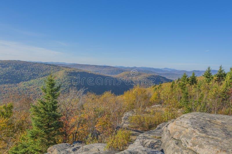 Herbst-Farben in den Bergen stockbild