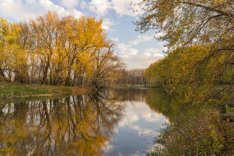 Herbst-Fluss szenisch lizenzfreie stockfotografie
