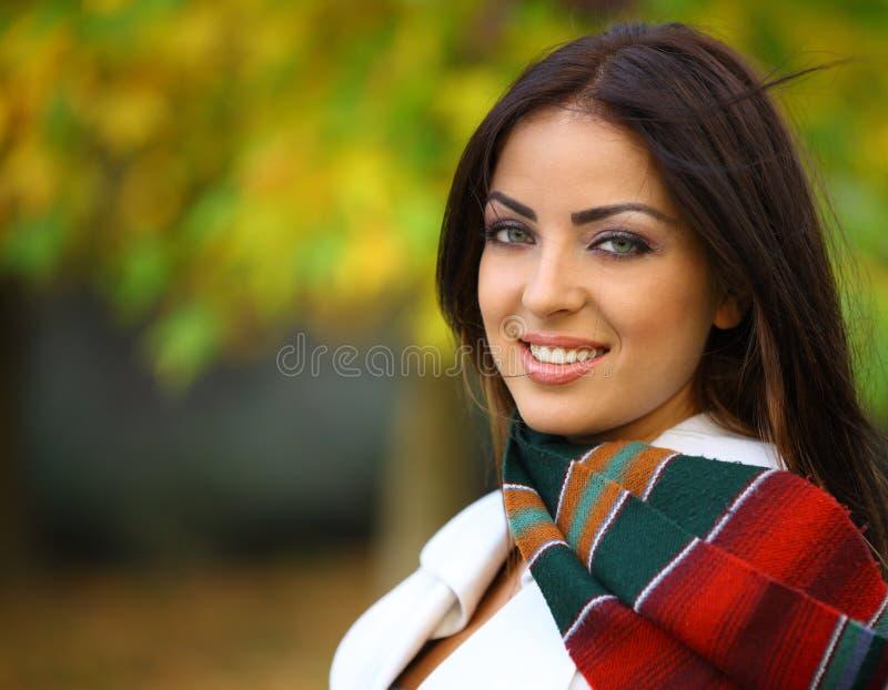 Herbst-Frau mit blauen Augen lizenzfreie stockfotos