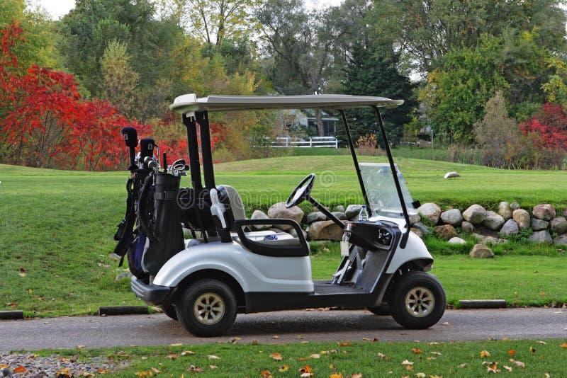 Herbst golfcart lizenzfreie stockfotos