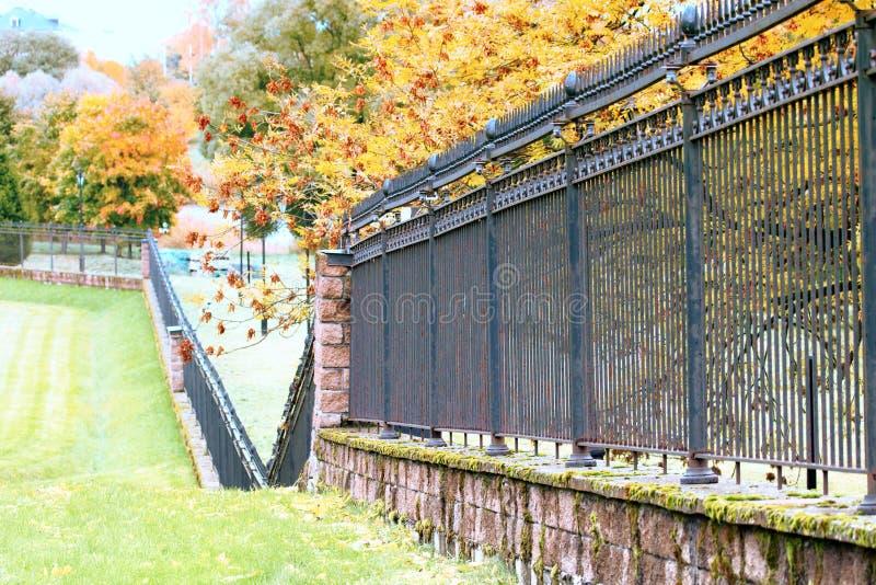 Herbst im Park und auf den Straßen stockbilder