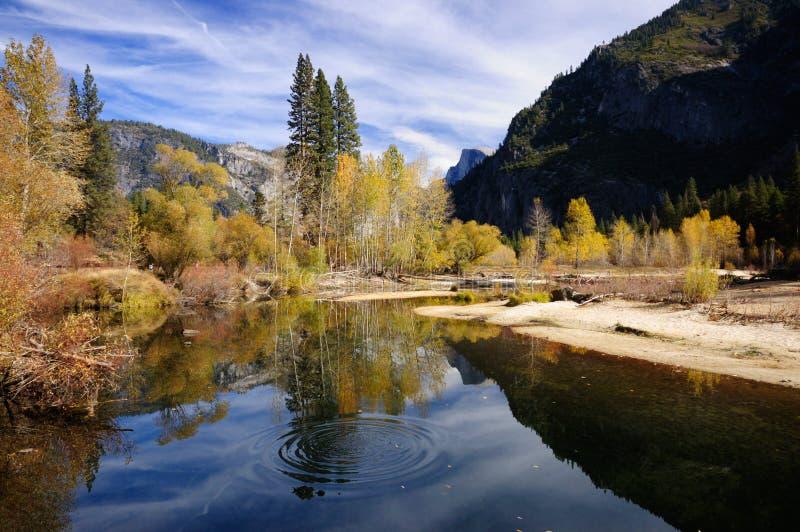 Herbst im Yosemite-- Merced Fluss stockfotografie