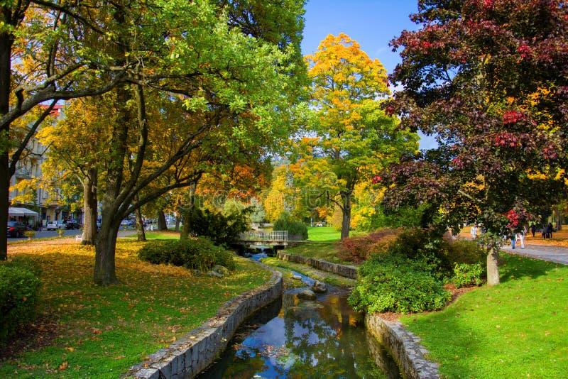 Herbst im zentralen Kurpark - kleiner böhmischer WestKurort Marianske Lazne Marienbad - Tschechische Republik stockfoto