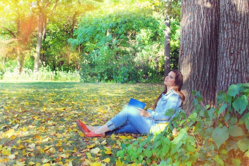 Herbst, Jeansmädchen draußen stockfoto