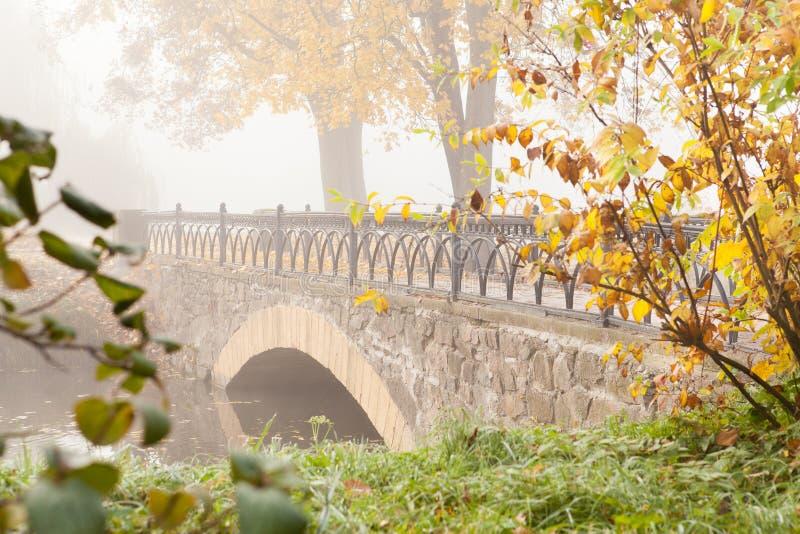 Herbst-Landschaft mit einer alten Steinbrücke stockfotos