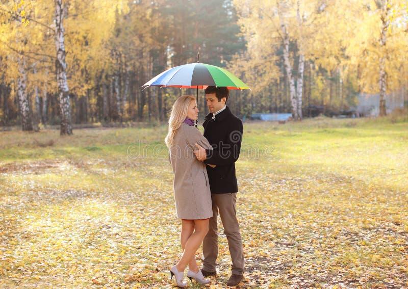 Herbst, Liebe, Verhältnisse und Leutekonzept - reizendes Paar stockbilder