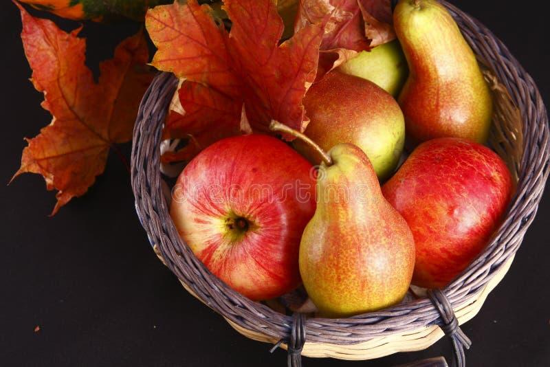Herbst-noch Leben - Birnen und Äpfel lizenzfreie stockbilder