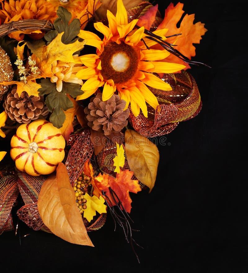 Herbst-oder Danksagungs-Blumenstrauß über schwarzem Hintergrund Kürbis stockfotografie