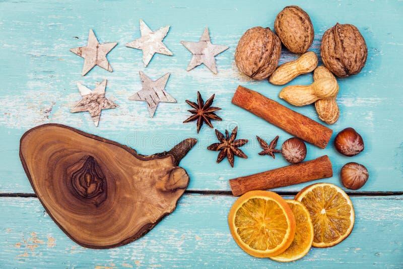 Herbst-oder Winter-Hintergrund mit Gewürzen, Sternen, Nüssen und olivgrünem w stockfotos