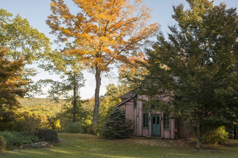Herbst am rosa Häuschen lizenzfreie stockbilder