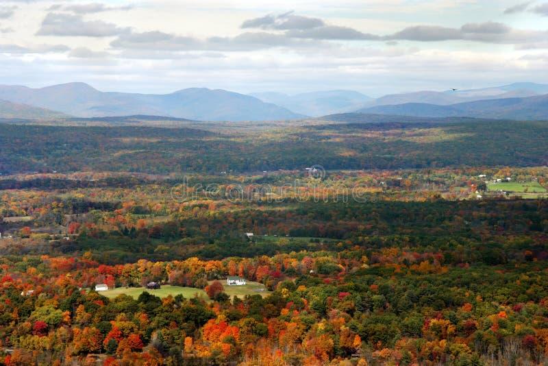 Download Herbst-Tal stockfoto. Bild von landschaft, vista, wolken - 35084