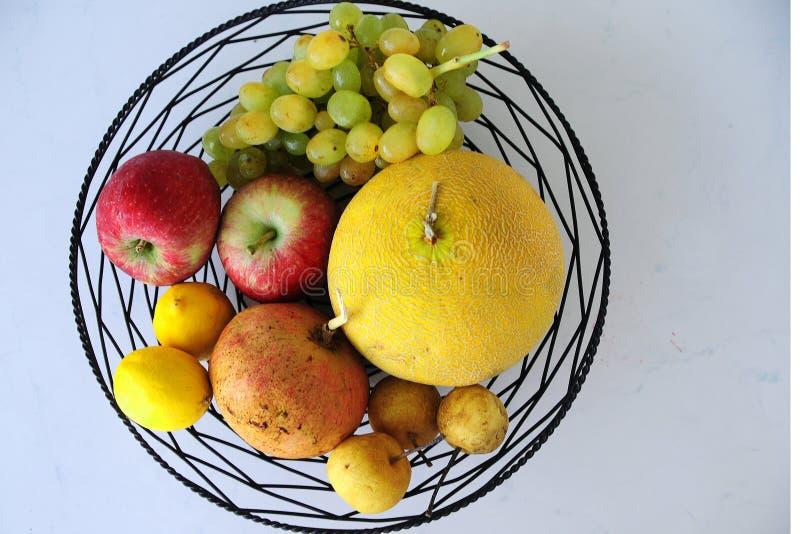 Herbst trägt auf der Platte Früchte, die sehr appetitanregend geschaut wird stockbilder