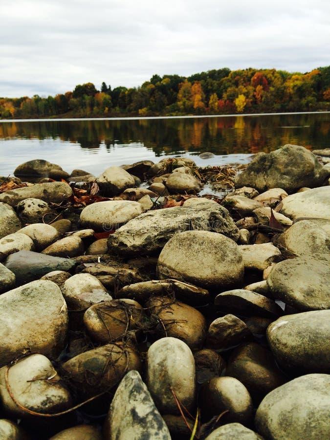 Herbst und Felsen lizenzfreie stockfotos