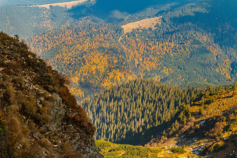Herbstabend in den Karpaten lizenzfreie stockbilder