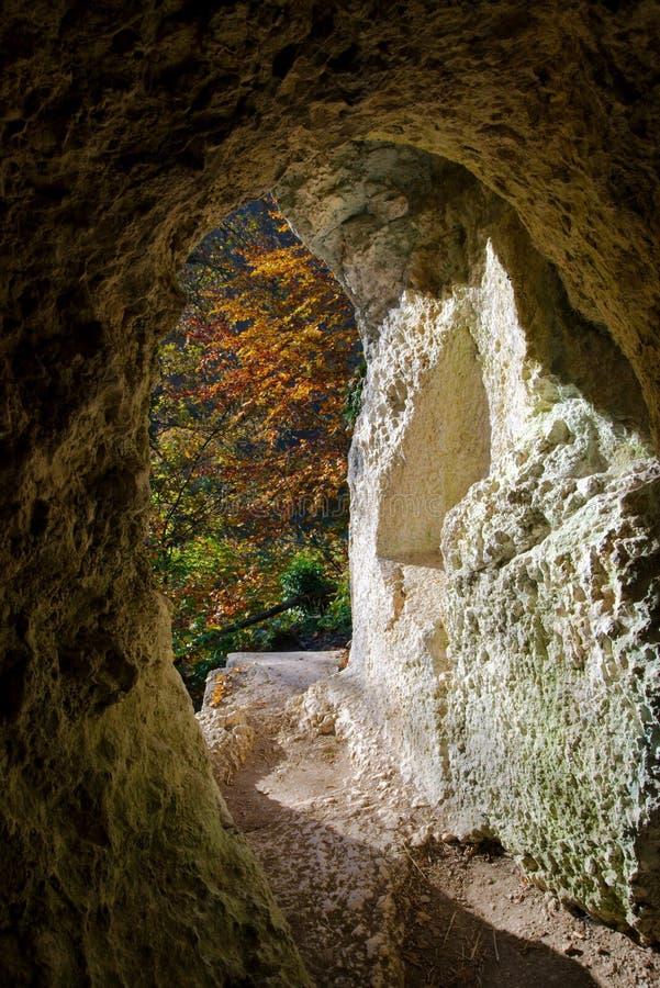 Herbstansicht von Diana Grotto von Ermitage Arlesheim lizenzfreie stockfotos