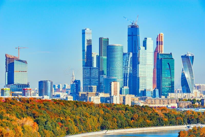 Herbstansicht von Moskau-Skylinen zur Morgenzeit lizenzfreie stockbilder