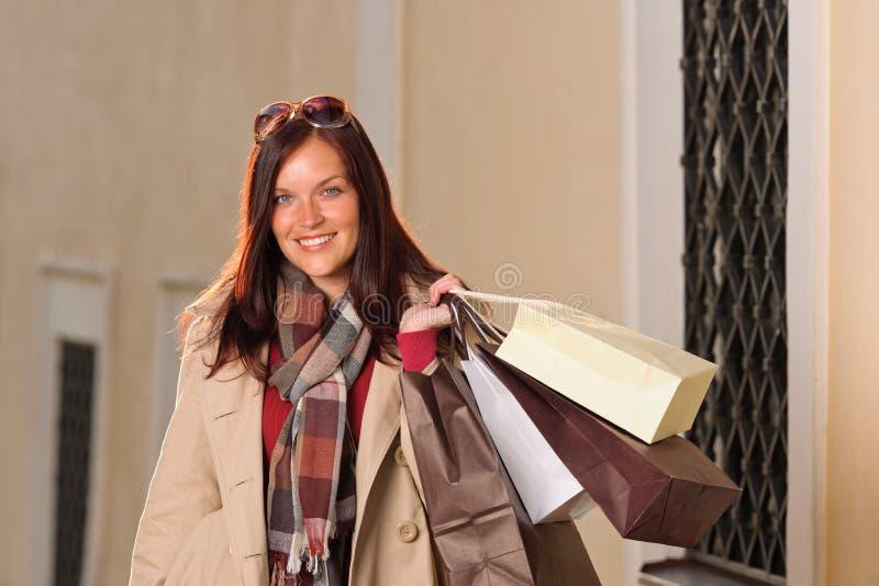 Herbstausstattungs-Einkaufenfrau elegant mit Beuteln stockfoto