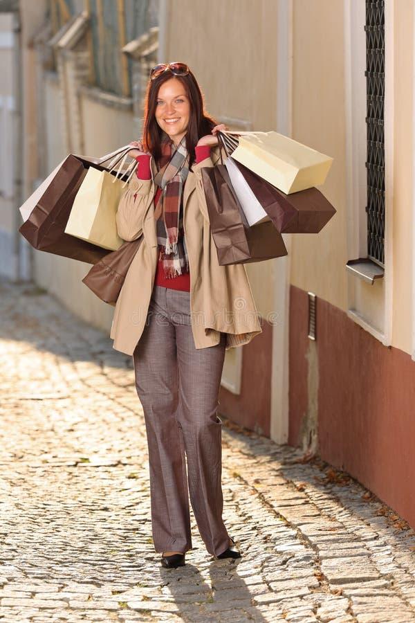 Herbstausstattungs-Einkaufenfrau elegant mit Beuteln lizenzfreies stockbild