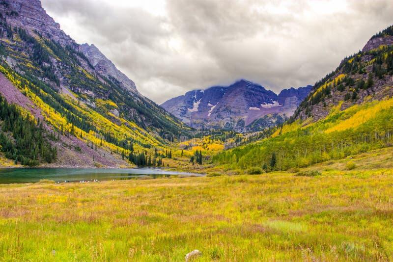 Herbstberglandschaft an einem bewölkten Tag lizenzfreies stockfoto