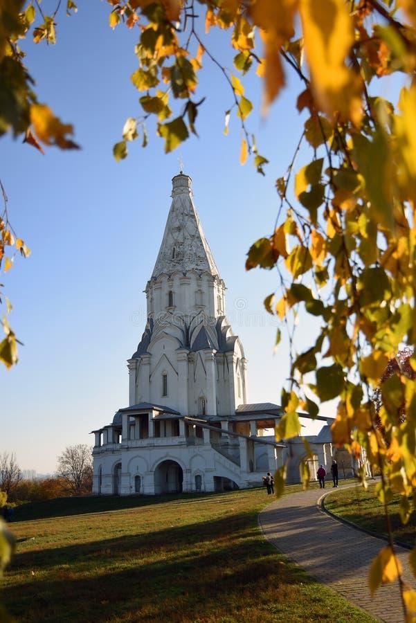Herbstbeschaffenheit und Architektur von Kolomenskoye-Park in Moskau stockfotos