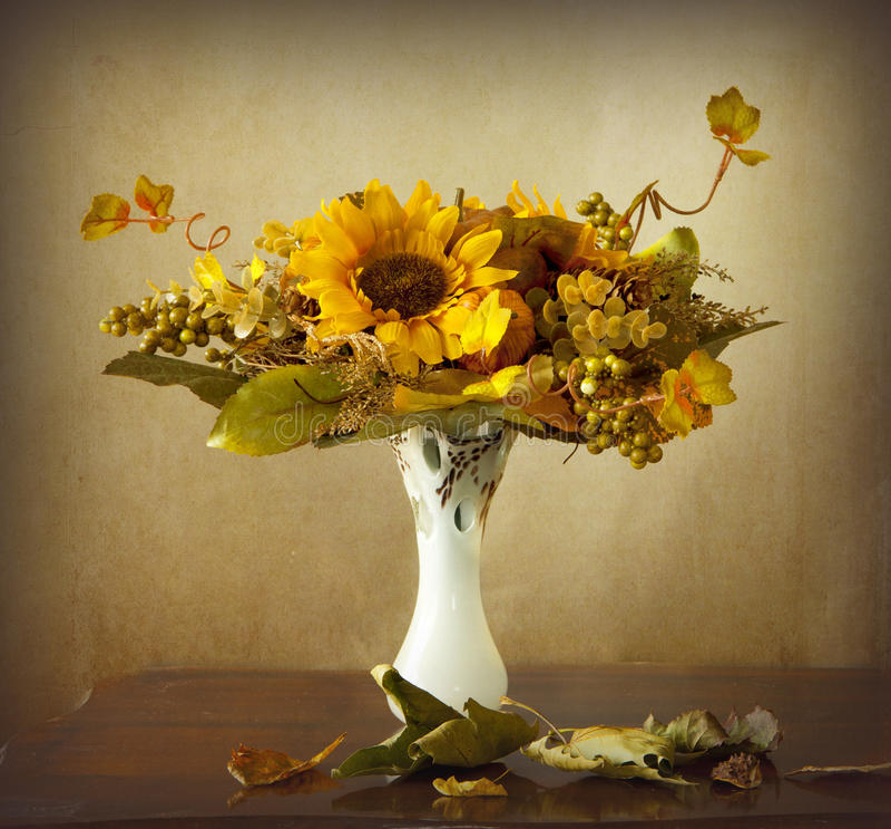 Herbstblätter und getrocknete Sonnenblumen stockbild