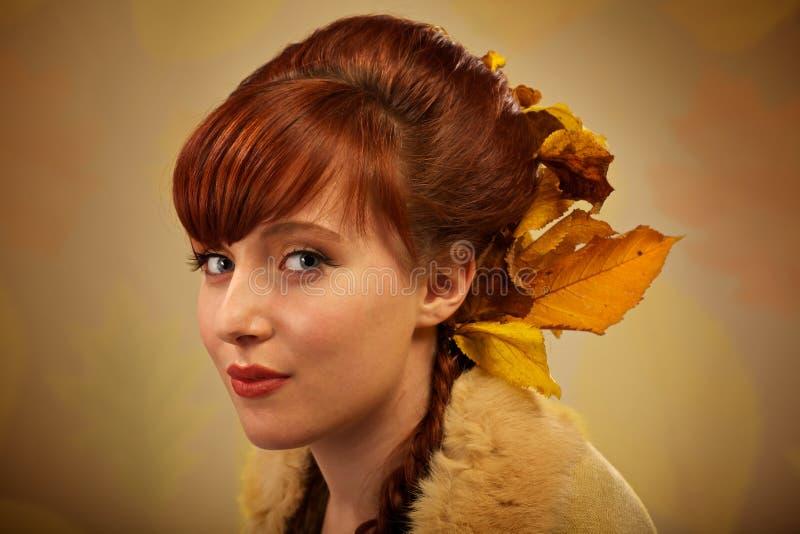 Herbstblätter und rotes Haarportrait lizenzfreies stockbild