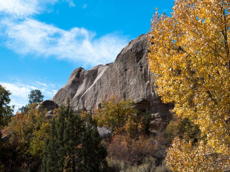 Herbstblättern und Felsen im Beaver Dam State Park stockfotografie