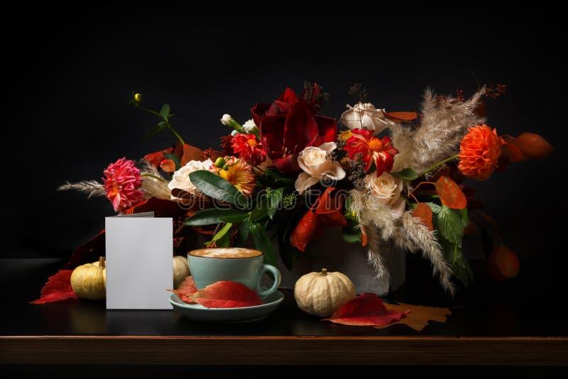 Herbstblumenstrauß auf schwarzem Hintergrund mit Kopienraum lizenzfreie stockfotos