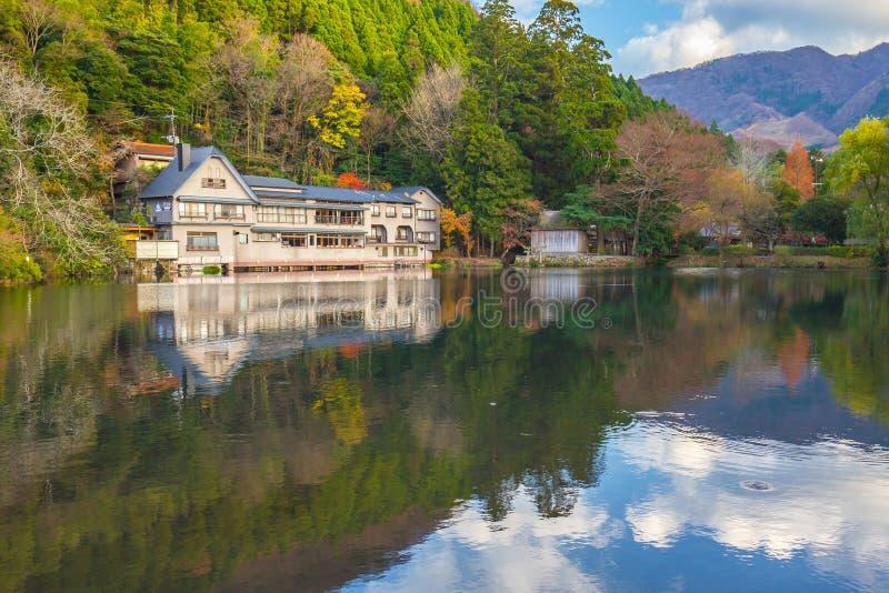 Herbstc$kinrin-knock out-See in Yufuin, Oita, Japan stockfotografie