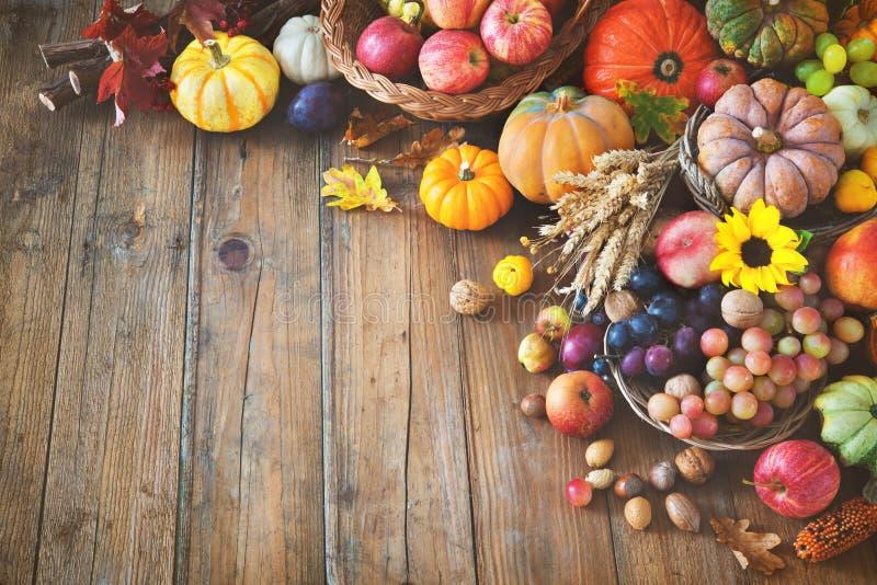 Herbstdanksagungsstillleben auf Holztisch lizenzfreies stockfoto