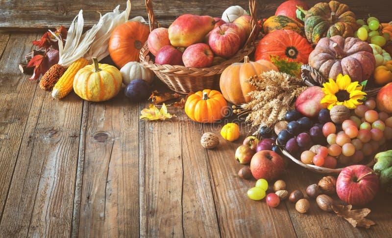 Herbstdanksagungsstillleben auf Holztisch lizenzfreie stockfotografie