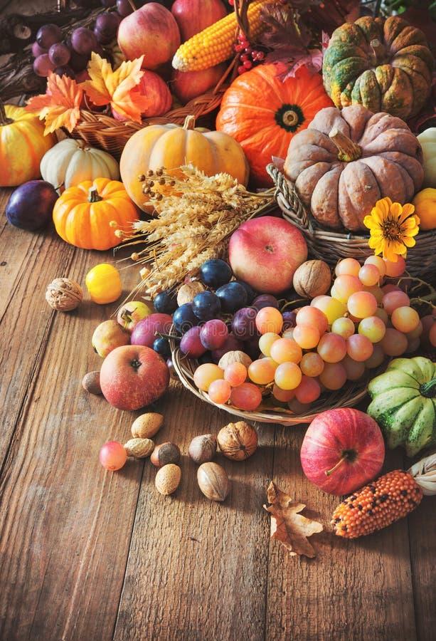 Herbstdanksagungsstillleben auf Holztisch lizenzfreies stockbild