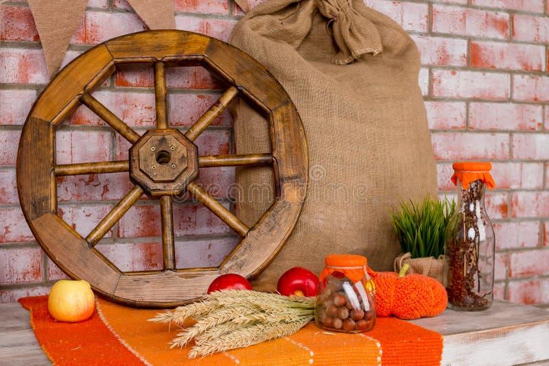 Herbstdekoration mit Rotahornblättern, Herbstblumen und Halloween-Kürbisen Fallernte auf Backsteinmauer Für Feiertag lizenzfreie stockbilder