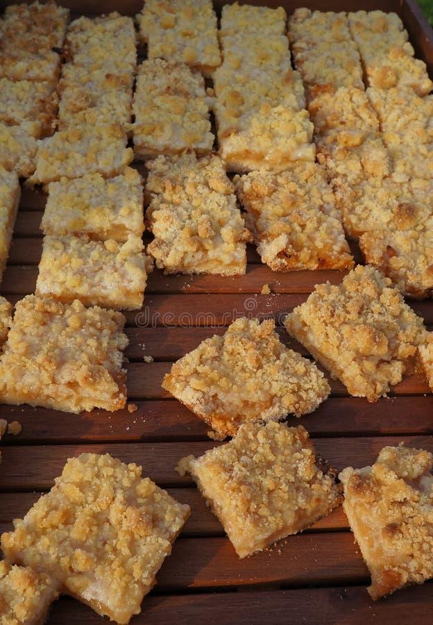 Herbstdekoration, traditioneller Apfelkuchen, Apfelkrümel, Charlotte, stockfotos