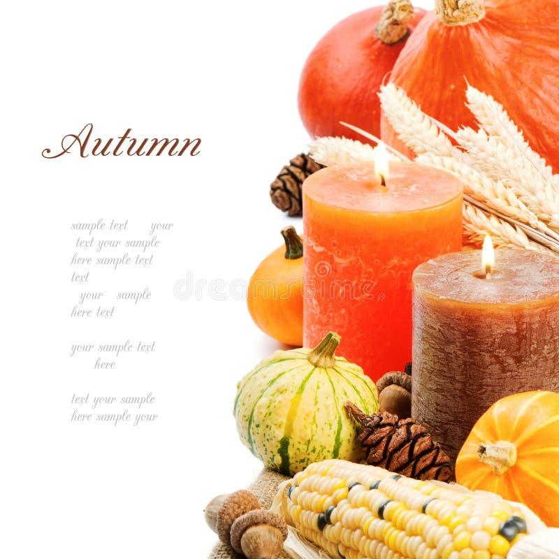 Herbsteinstellung mit Kerzen und Kürbisen lizenzfreies stockfoto