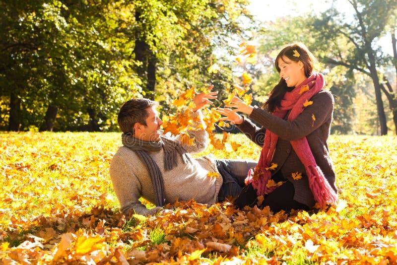 Herbstfallpaare lizenzfreies stockfoto