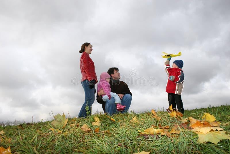 Herbstfamilie mit Flugzeug stockfotografie