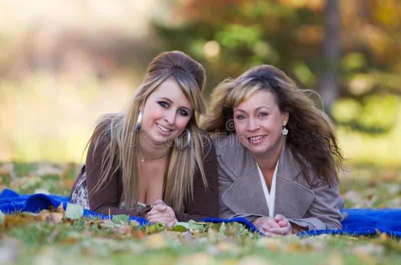 Herbstfamilienportrait lizenzfreies stockfoto