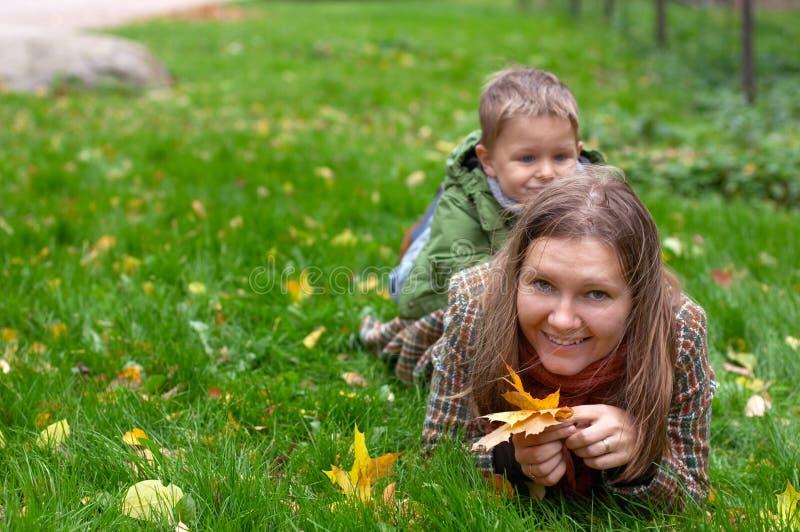 Herbstfamilienspaß lizenzfreies stockfoto