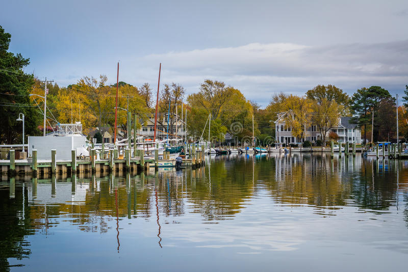 Herbstfarbe am Hafen in St. Michaels, Maryland stockfoto